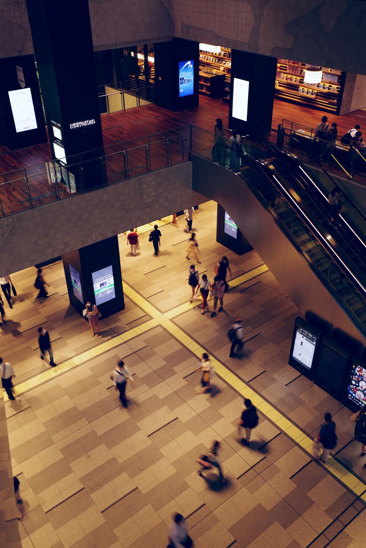 横浜の新施設 NEWoMan(ニュウマン)と往来する人の作例写真