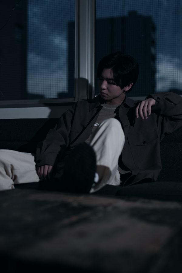黄昏時にいらだちを募らせる男性の作例写真