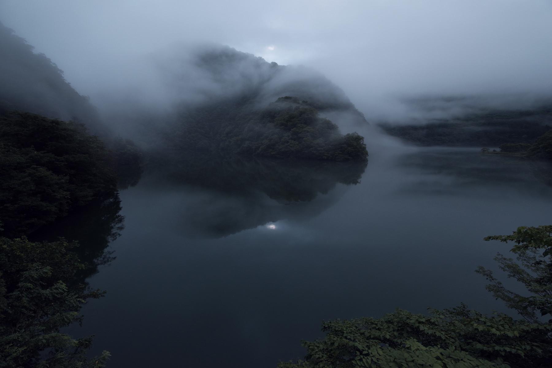 霧をまとい静かに流れる庄川の作例写真