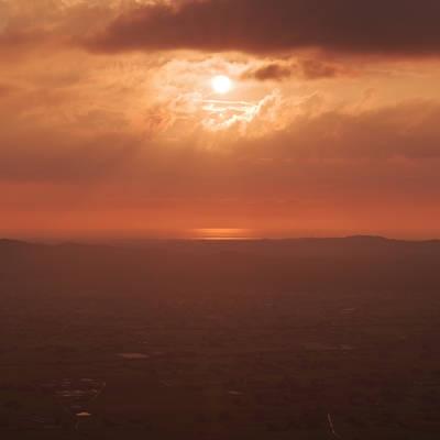 能登半島ごしに日本海へ沈む夕陽の作例写真