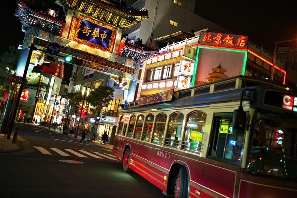 横浜中華街を通るあかいくつのバスの作例写真