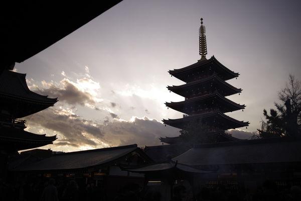 日没と浅草寺の五重塔の作例写真
