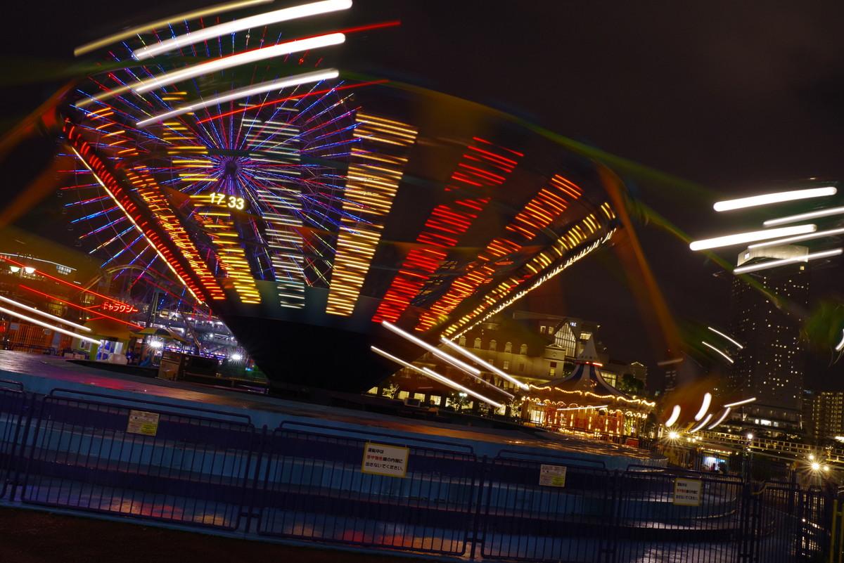 ライトアップされた横浜コスモワールドの回転系アトラクションの作例写真