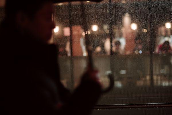 雨宿りと帰宅者の作例写真
