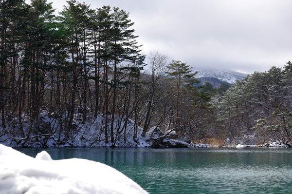 粉雪の舞う冬の毘沙門沼(福島県五色沼)の作例写真