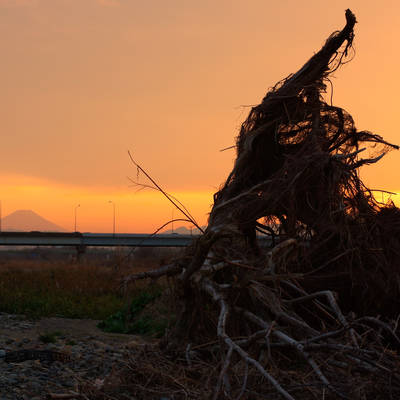 夕空に浮かぶ瓦礫(流木)と富士の作例写真