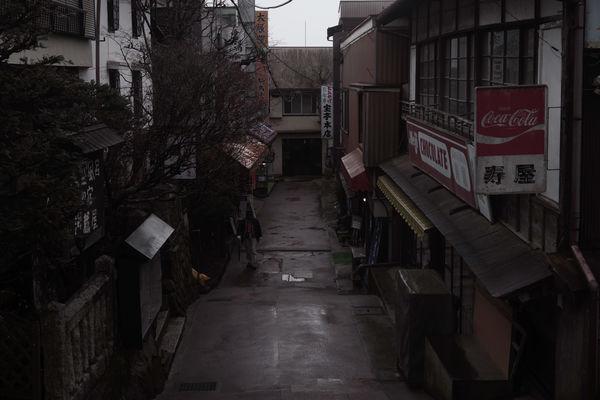 雨に濡れる御嶽神社の門前町の作例写真