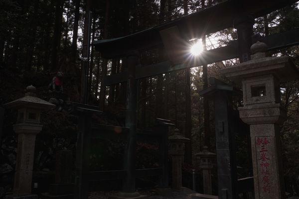 山深い神域に射す光の作例写真