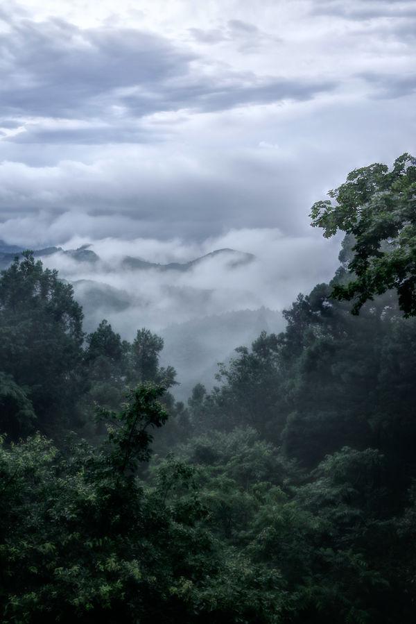渓谷を這いすすむダイナミックな雲の作例写真