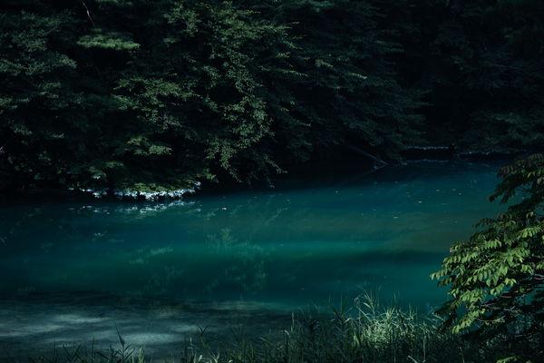 その名の通り深い青を湛える青沼(福島県五色沼)の作例写真