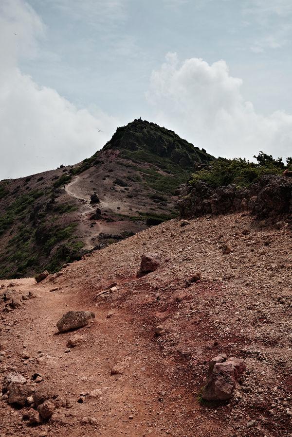爆裂火口の稜線から眺める安達太良山の頂の作例写真