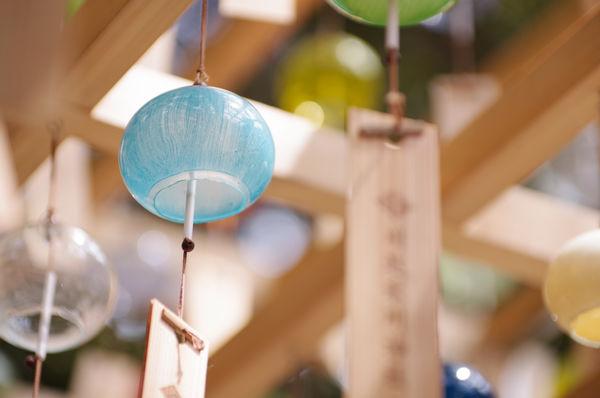 夏空に涼やかな音を響かせる風鈴の作例写真
