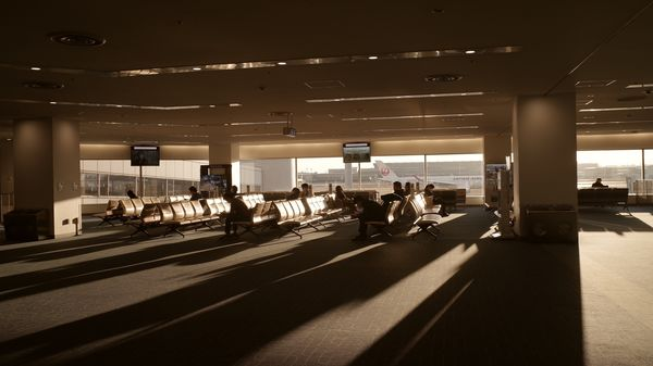 西日が差し込む羽田空港出発ロビーの作例写真