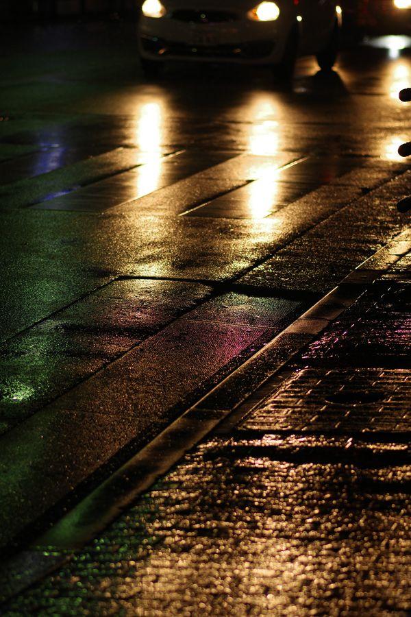 濡れた路面とヘッドライトの作例写真