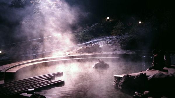 深夜の賽の河原公園で足湯する恋人の作例写真