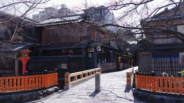 祇園の巽橋と昔ながらの建物の作例写真