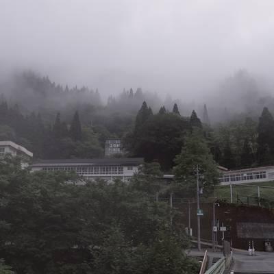 霧に包まれる富山県立南砺平高等学校の作例写真
