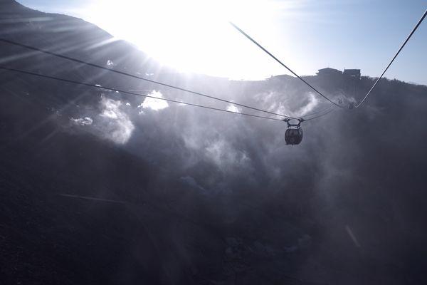 大涌谷の噴気地帯上を通過するロープウェイの作例写真