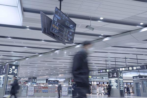 新大阪駅構内を歩く人の作例写真