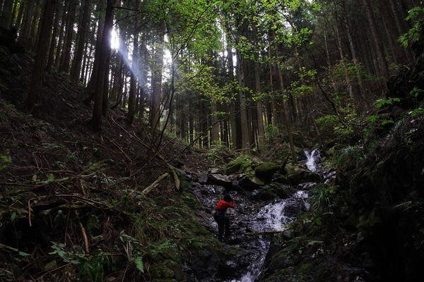 渓谷と撮影者の作例写真