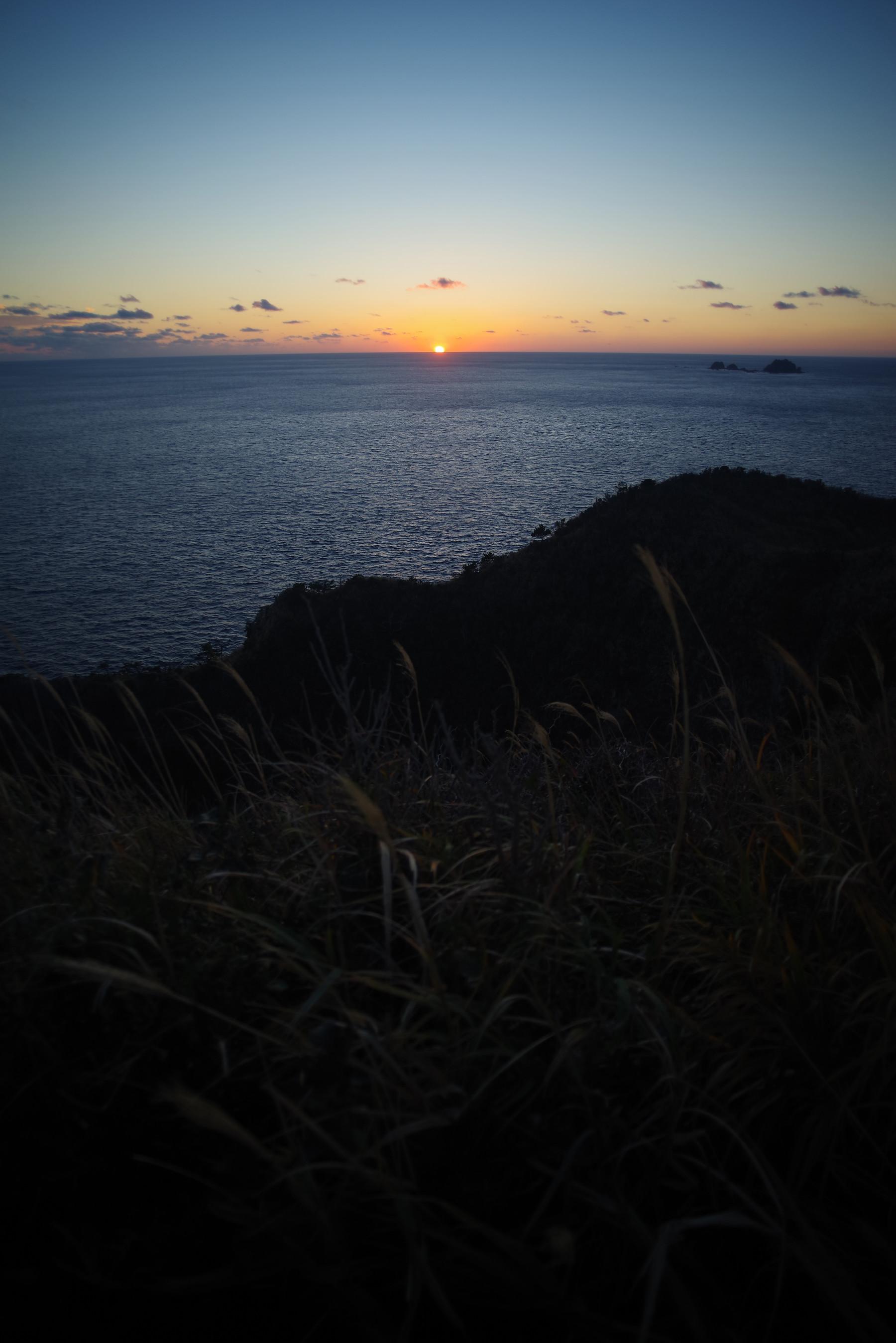 断崖から見える水平線の日の出の作例写真