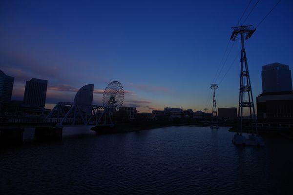 夕焼け空とみなとみらいの新港ふ頭を結ぶロープウェイの作例写真