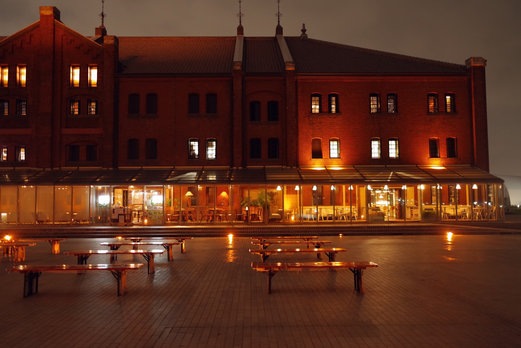 誰もいない夜の赤レンガ倉庫(横浜)の作例写真