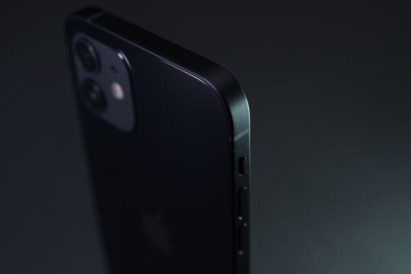 iPhone 12 の側面ベゼル部分の作例写真
