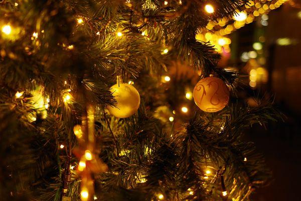 クリスマスツリーの飾りとライトアップの作例写真