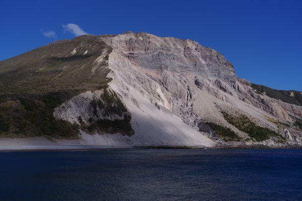 神津島の多幸湾から見る崩れた山の斜面の作例写真
