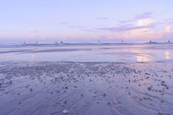 夜明けの海とサーファーの作例写真