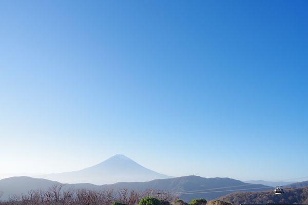 大涌谷から眺める富士山とロープウェイの作例写真