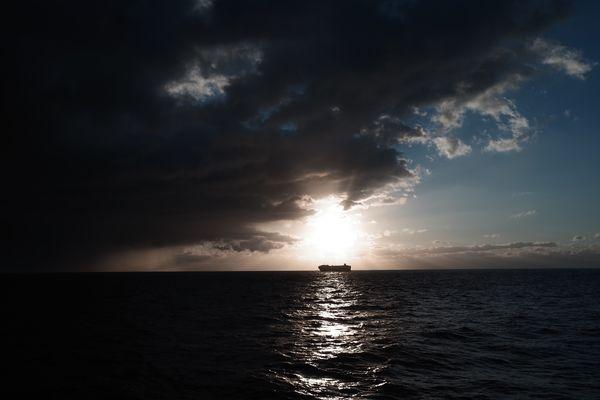日の出とタンカー船の作例写真