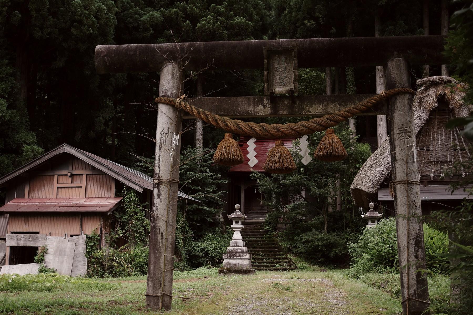 菅沼集落にある神明宮の鳥居の作例写真