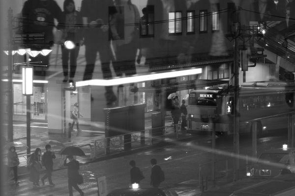 雨の駅前、帰宅の作例写真