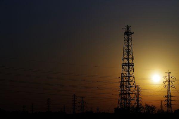 送電線群と夕日の作例写真